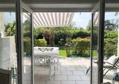 Blick auf die Gartenterrasse, die zum Ferienhaus gehört