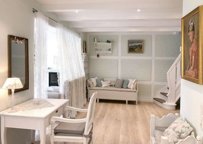 Ferienhaus untere Etage: Wohnbereich mit Schreibtisch, 2 Sitzbänke