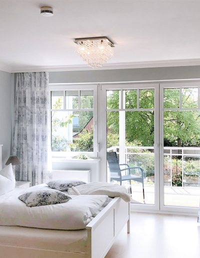Schlafzimmer im Shabby Chic und mit Balkon