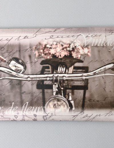 Bild an der Wand: Fahrrad mit Blumenkorb
