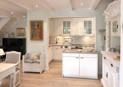 offene Küche mit weißen Möbeln