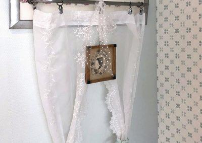 Überall im Ferienhaus: romantische Details im Shabby Chic, kleine Tüllgardine