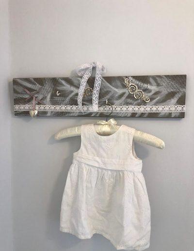 weißes Leinenkleidchen mit Lochstickerei auf Shabby-Chic-Bügel