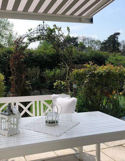 Terrasse mit Sitzbereich und Blick in den Garten