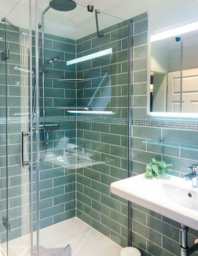 Bad mit Dusche, elegant-grün gefliest