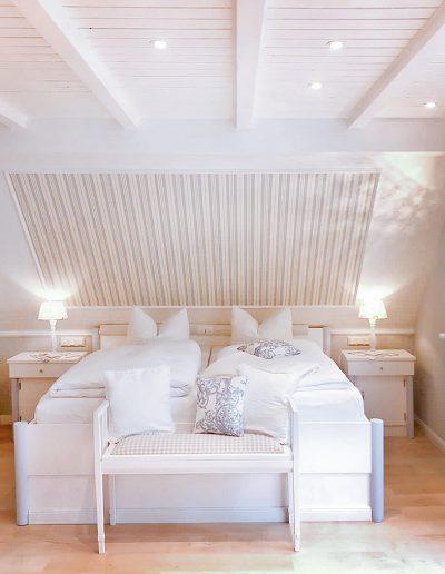 Doppelbett im Schlafraum in der oberen Etage