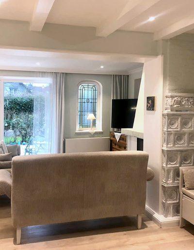 Ferienhaus, untere Etage: Couchgarnitur mit Kamin