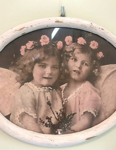 Zwei Mädchen mit Blumenkranz in ovalem, weißen Bilderrahmen
